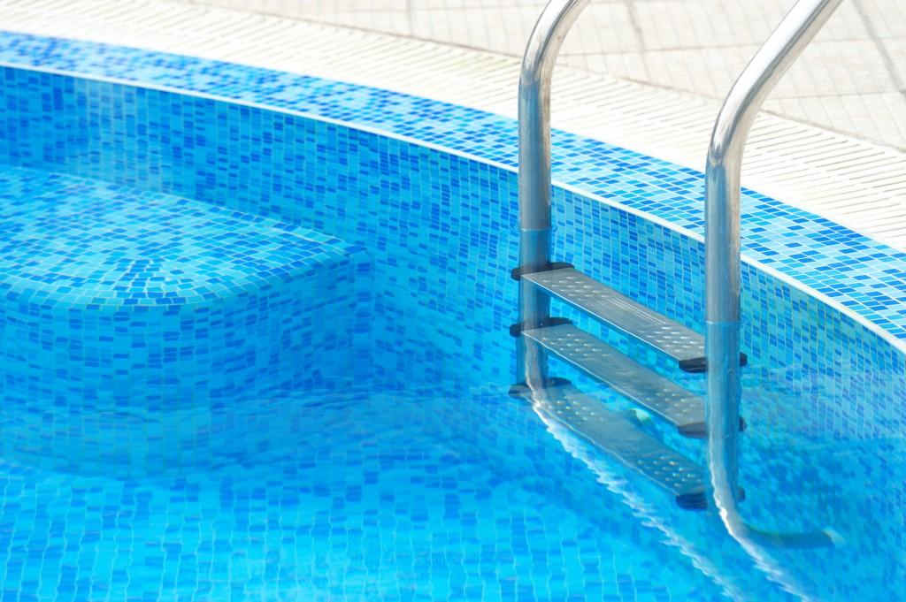Nueve consejos para mantener una alberca en buenas for Como limpiar una piscina