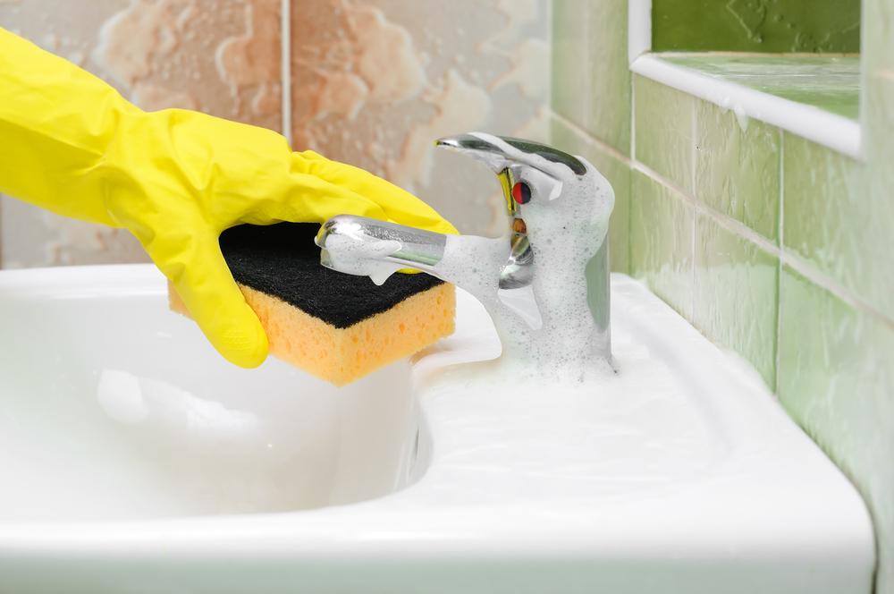 C mo limpiar el ba o en menos de 15 minutos lamudi - Como quitar la silicona del bano ...