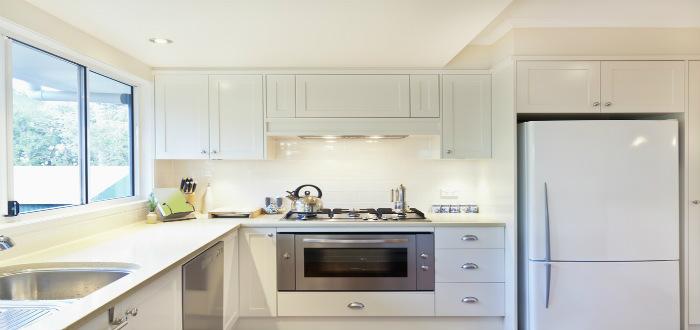 C mo hacer que una cocina peque a se vea m s grande for Como se decora una cocina pequena